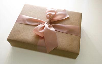 Phụ kiện gói quà đẹp và độc đáo giúp món quà sang trọng hấp dẫn