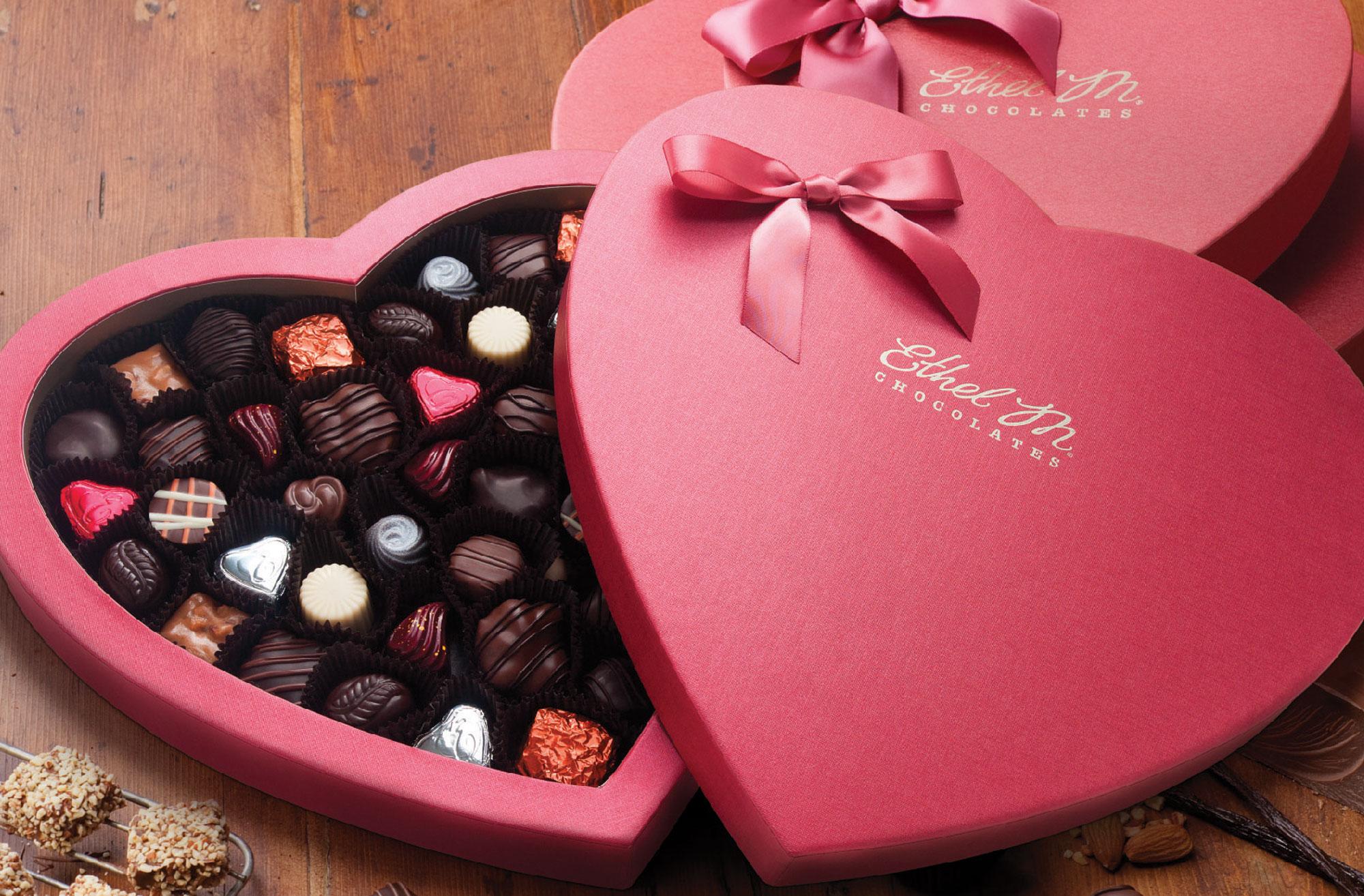 Một hộp Chocolate đầy ngọt ngào để tặng quà Valentine cho bạn gái