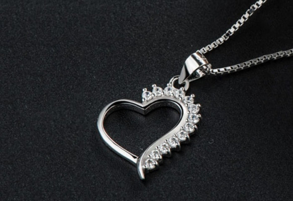 Dây chuyền bạc sang trọng là món quà sinh nhật cho bạn gái ý nghĩa